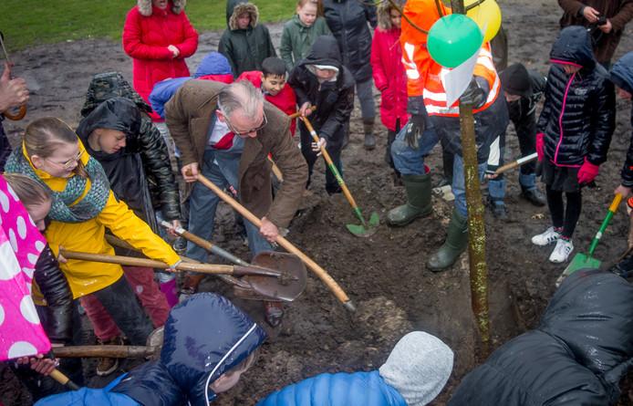 Leerlingen van basisschool De Horizon zetten samen met wethouder Jacques van Loevezijn de scheppen in de grond aan de Monumentstraat.