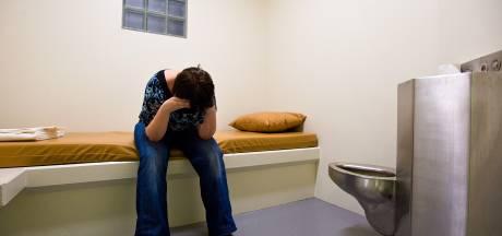 Ouders opgepakte dochter (16): 'Ze kreeg in cel niet eens een deken'