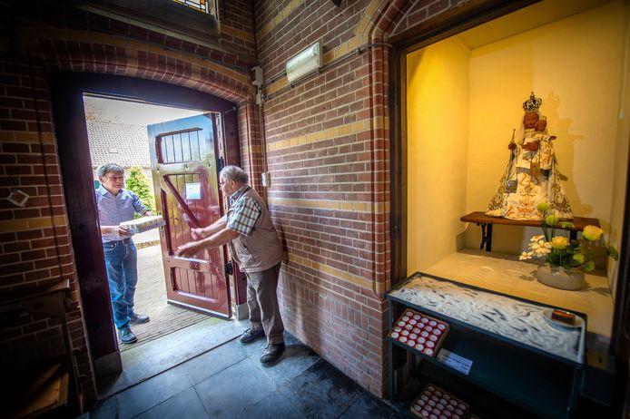 Lucas Korenromp (l) en Piet Coppes  zijn druk bezig geweest om een devotieruimte in het voorportaal van de katholieke kerk te realisreren.