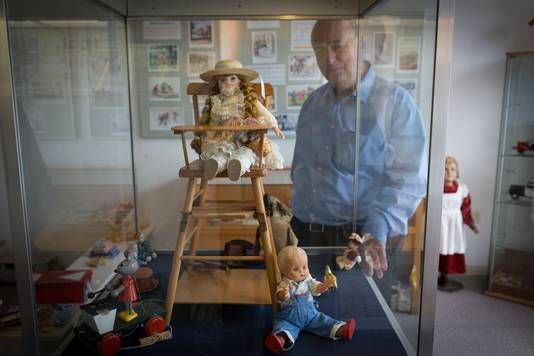 Emile Smit in 2013 bij een vitrine met speelgoed voor kinderen van welgestelde ouders in Huissen.