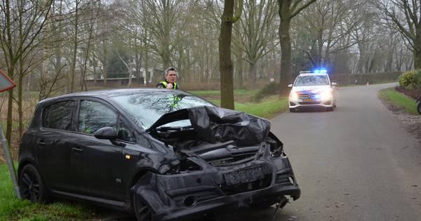 Auto rijdt tegen boom bij eenzijdig ongeval in Zelhem, weg afgesloten.