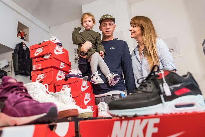 Jeff en Talitha en dochter Jazzl van Sneaky Shoes in Arnhem houden stand in sneakerland.