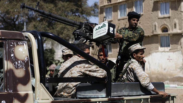 Houthi-rebellen patrouilleren in de hoofdstad Sanaa.