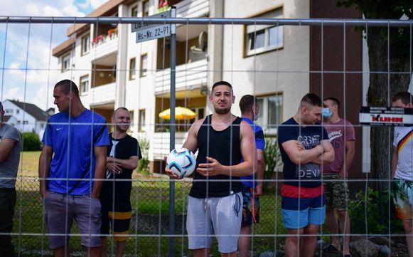 Roemeense en Bulgaarse werknemers van de Duitse vleesfabriek in quarantaine aan hun appartementsblokken.