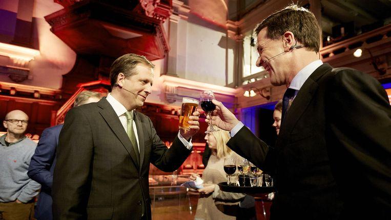 Pechtold en Rutte heffen na afloop van het RTL-verkiezingsdebat het glas. Beeld ANP