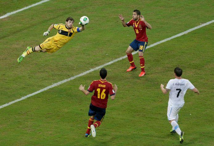2013: Iker Casillas redt tijdens het duel om de Confederations Cup tegen Uruguay.