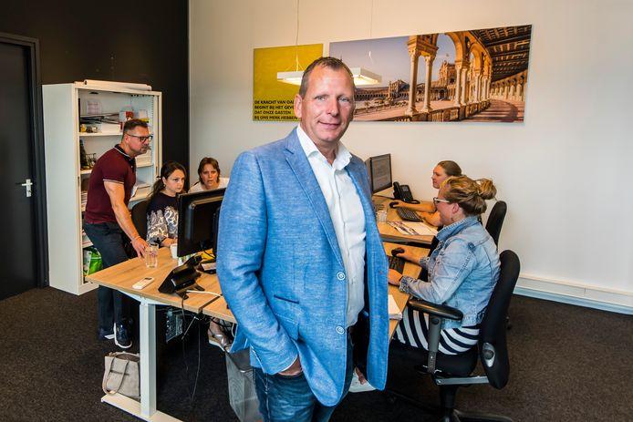 Arjan Koster, op kantoor bij Oad in Enter. Ruim 20 van de 29 personeelsleden worden door het Twentse reisbedrijf tijdelijk uitgeleend.
