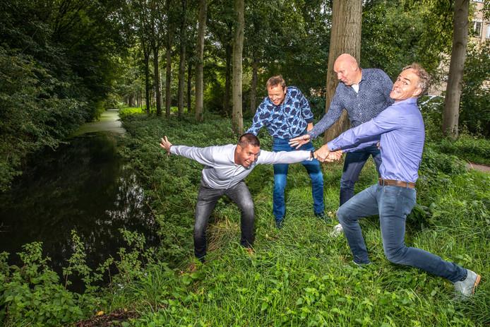 Martijn de Haan wordt door zijn collega-ondernemers Lieuwe Zijlstra, JP Bakker en Ad Schreurs (tevens zijn compagnon) weerhouden van een nieuwe fuck-up als hij bijna van de wal in de sloot belandt.