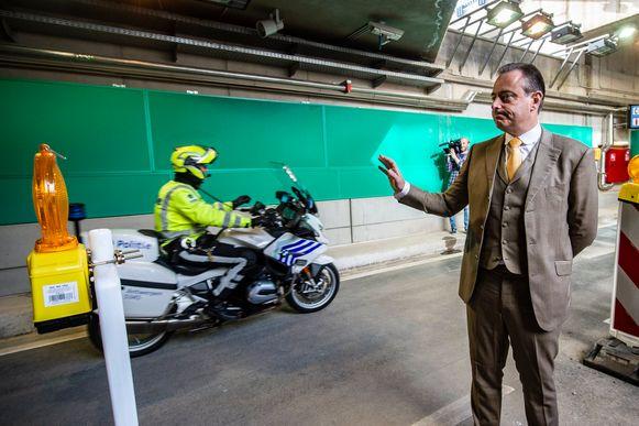 De officiële opening van de tunnels onder het Operaplein in Antwerpen door burgemeester Bart De Wever en schepen Koen Kennis.