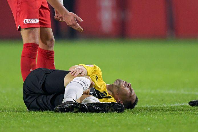 Thom Haye op de grond tijdens het duel Jong FC Utrecht - NAC.