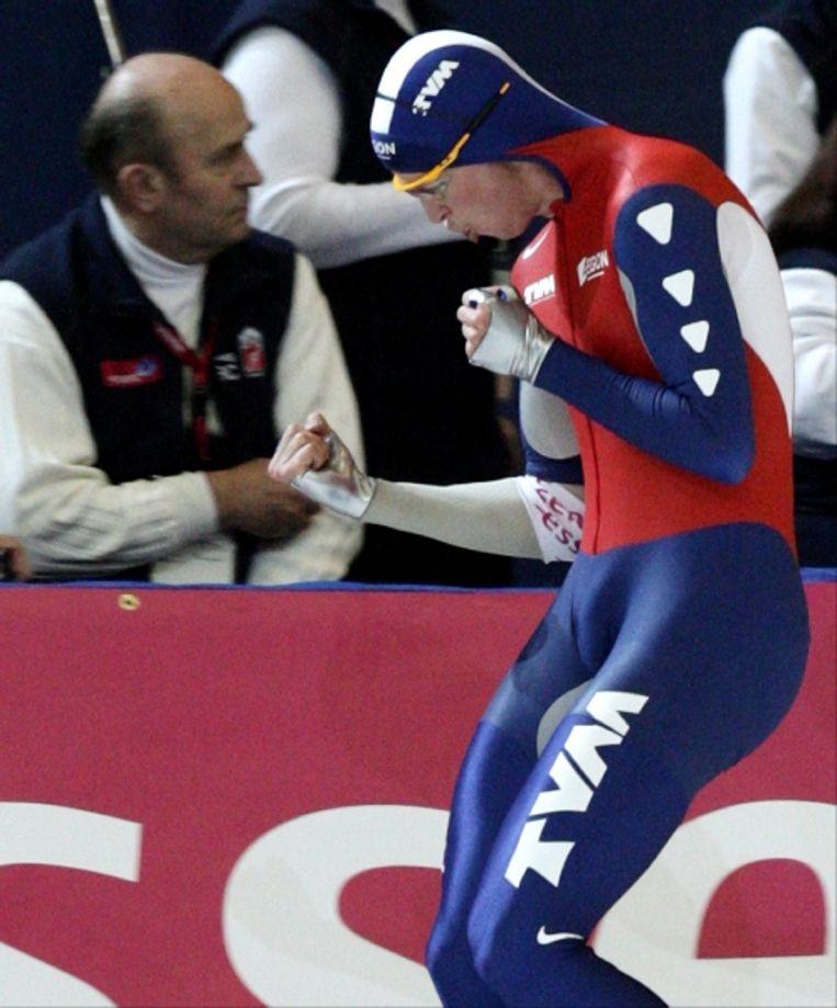 Sven Kramer geniet van zijn overwinning. (AP) Beeld AP
