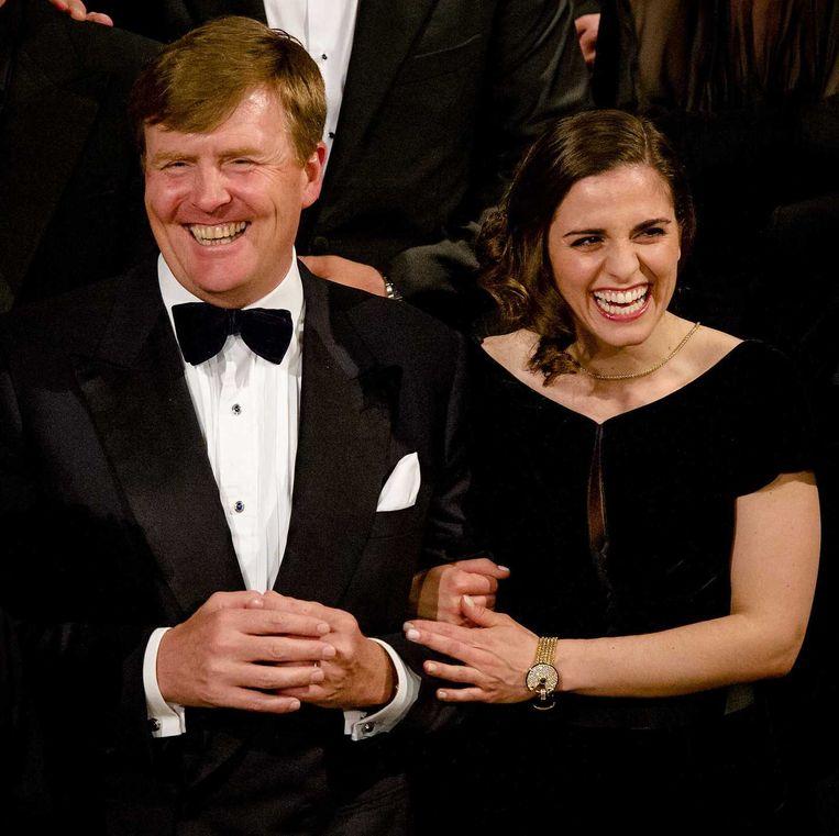 Koning Willem Alexander poseert met Rosa da Silva, die de rol van Anne Frank vertolkt. Beeld anp