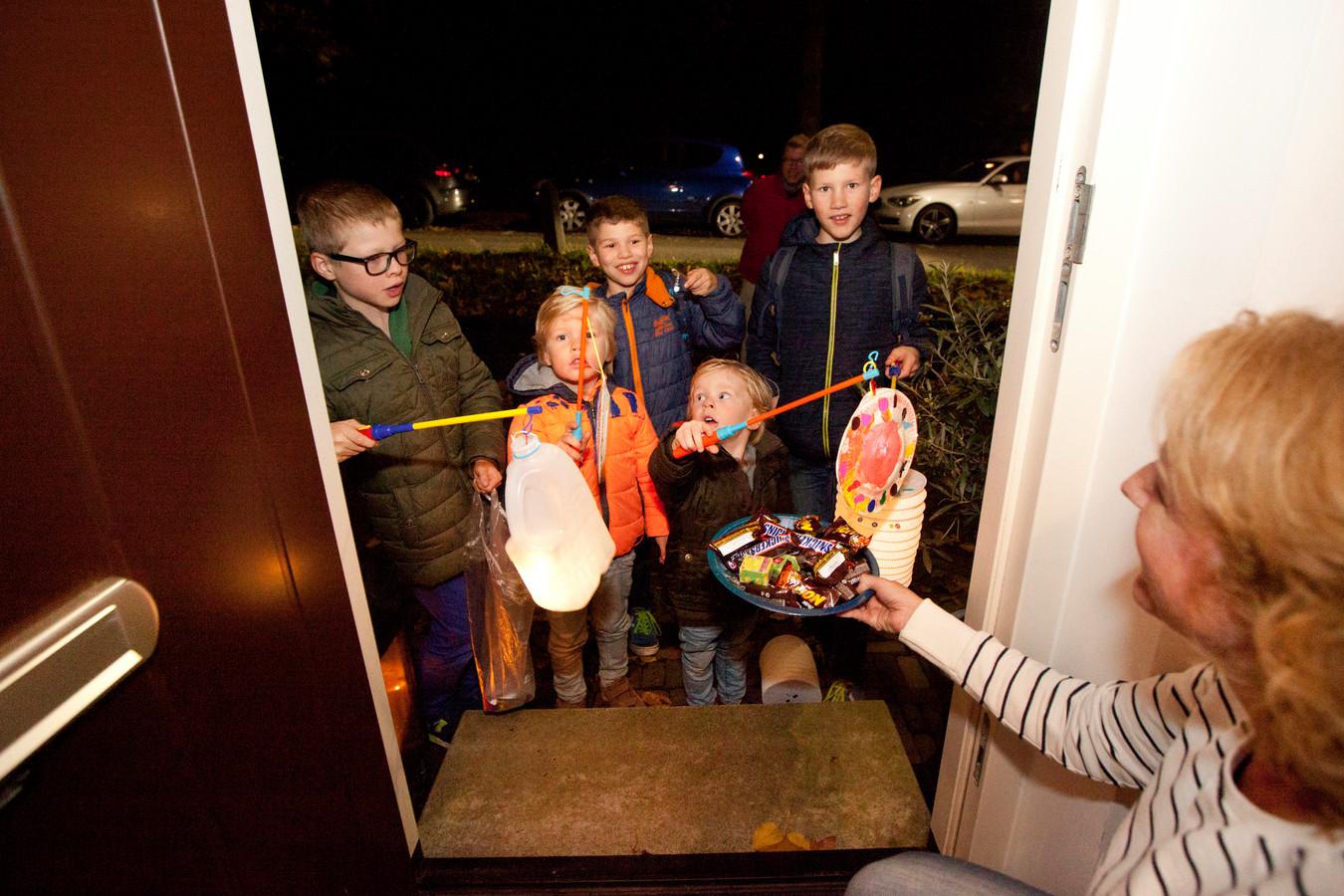Zingende kinderen gaan weer de deuren langs voor allerlei lekkers.