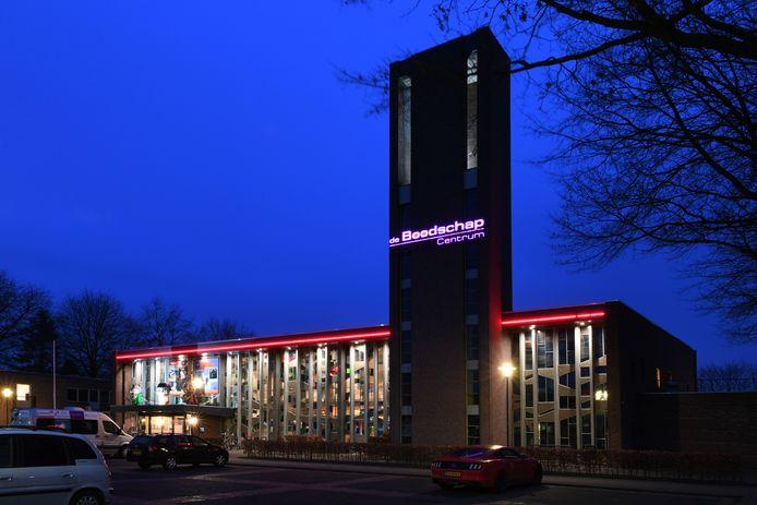 De voorkant van Cultureel Centrum De Boodschap in Rijen met de glas in lood ramen.