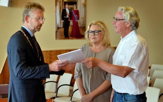 Een petitie met 900 handtekeningen tegen de terugkeer van De Knorhof werd vrijdag aangeboden..
