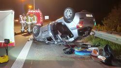Auto met vijf Franse jongeren gaat over de kop op E17: één dode en vier gewonden