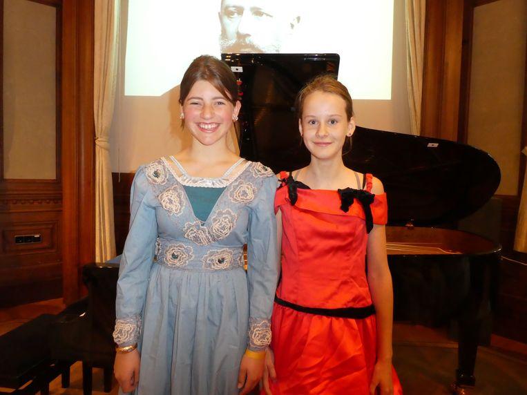 Leerlingen Lijs Heidinga en Dané Renes spelen een stukje Barcarolle. Ouders apetrots. Beeld Hans van der Beek