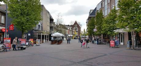 Auto met hoge snelheid door winkelstraat in Best; mensen moeten opzij springen