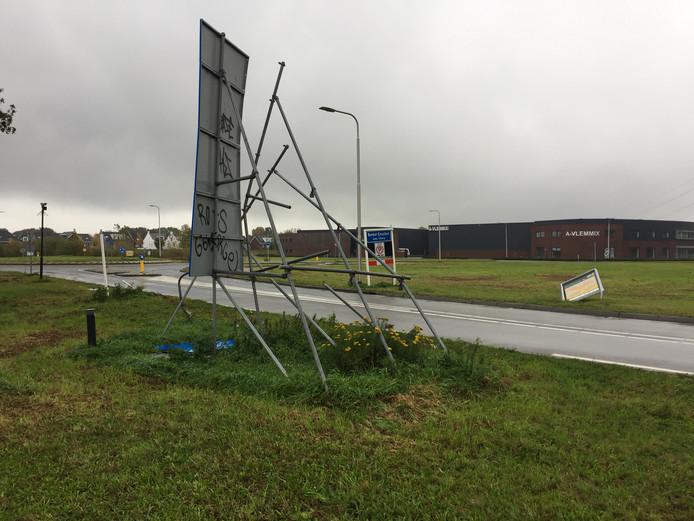 De bebording bij de entree tot Berkel-Enschot via de Koningsoordlaan is gehalveerd, scheef of kapot