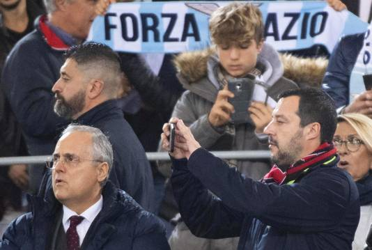 Matteo Salvini (rechts) was gisteren op bezoek bij Lazio-AC Milan.