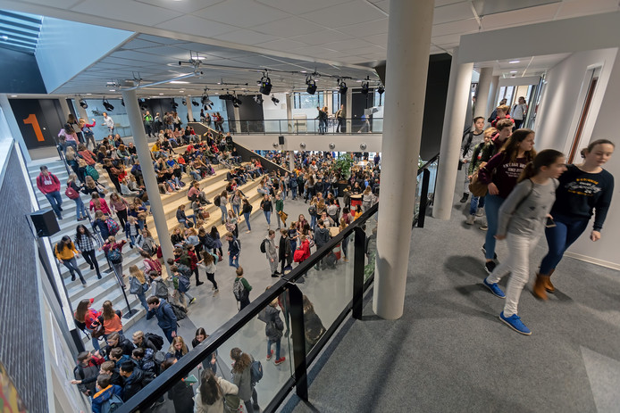 De nieuwe vleugel van het Mgr Frenckencollege in Oosterhout werd vandaag in gebruik genomen. Na ontvangst met een oliebol namen de leerlingen direct bezit van de nieuwe aula, om vervolgens uit te waaieren naar de nieuwe lokalen in de vleugel. Foto Pix4Profs / Johan Wouters