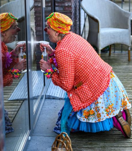 Clown Toet bezorgt ouderen een lach op het gezicht, maar wel aan de andere kant van het raam