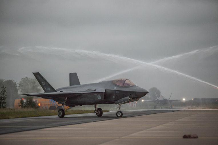 Twee Joint Strike Fighters (JSF's) landden maandagavond op Vliegbasis Leeuwarden. Uiteindelijk wil Nederland 37 toestellen kopen. Beeld Harry Cock / de Volkskrant