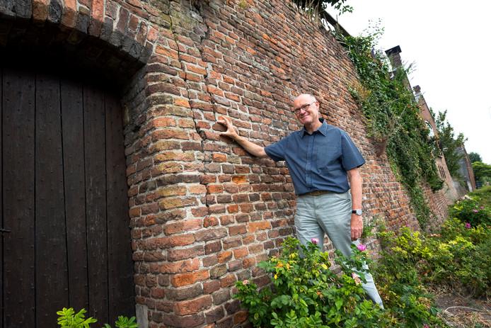 Peter Versloot van Stichting Hugo Kotestein en Behoud Monumenten in Montfoort bij de stadsmuur die inmiddels is hersteld.
