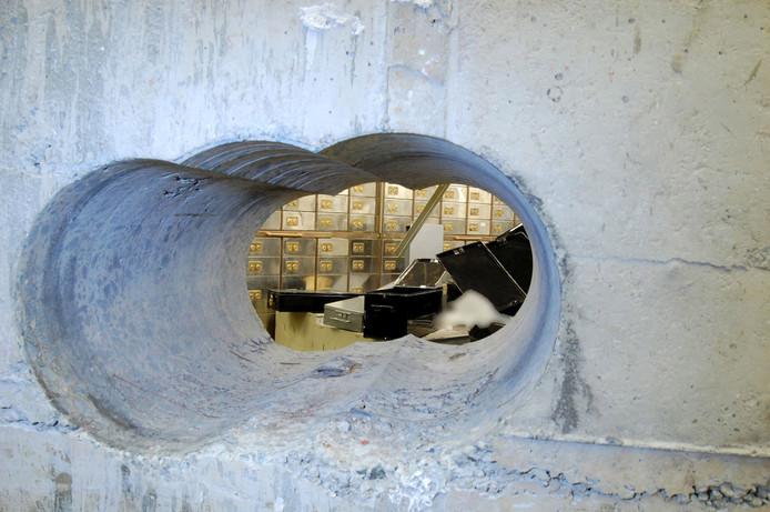 Om de kluis te bereiken, boorden de dieven door een dikke betonnen muur.