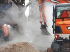 Wéér stijgt er stoom op vanuit de straat door defect aan stadsverwarming