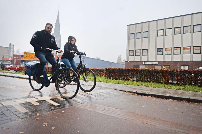 Menig fietser klaagt over de pittige verkeersdrempels in de vernieuwde Oosterstraat. Maar volgens de Fietsersbond is de onverhoogde klinkerstrook in het midden van de weg het probleem.