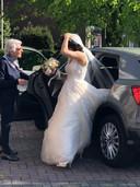 Sara Chmoun strandde vorige maand op weg naar Glanerbrug voor haar eigen bruiloft, toen 'een heldin uit de omgeving van Delden' aanbood haar vanaf Hengelo naar de kerk te brengen met haar eigen auto.