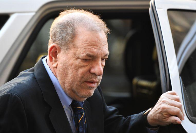 Harvey Weinstein komt toe bij het gerechtsgebouw.