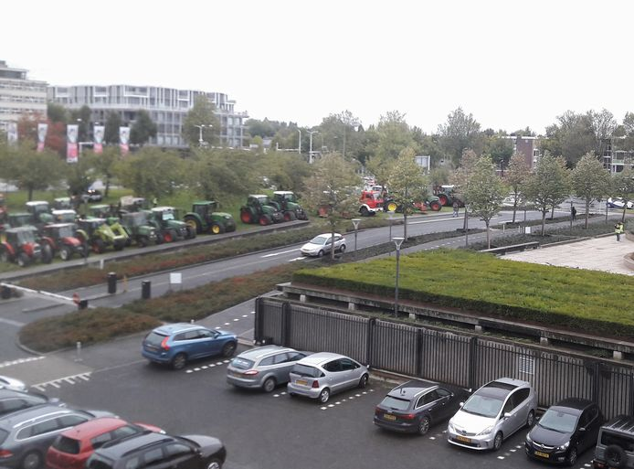 Trekkers van demonstrerende boeren staan geparkeerd op het grasveld naast het provinciehuis in Den Bosch.