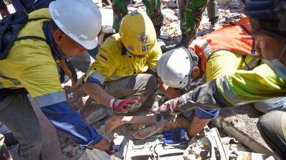 Reddingwerkers halen twee dagen na aardbeving Lombok overlevenden van onder het puin