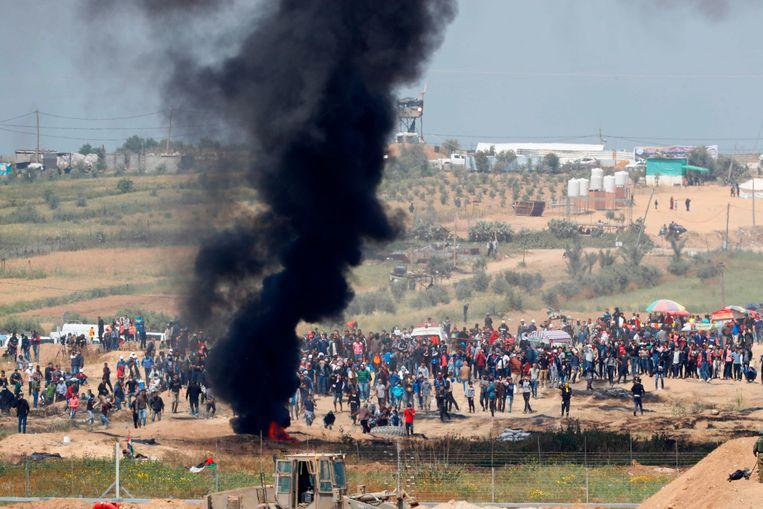 Demonstranten vrijdag bij de grens tussen Gaza en Israël. Beeld AFP