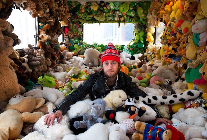 Pet van de Luijtgaarden in zijn caravan met duizenden knuffels in 2014.