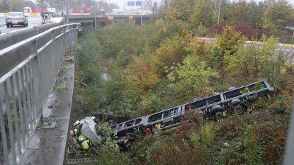 Spectaculair ongeval in Zwijnaarde: vrachtwagen duikt dieperik in, chauffeur in levensgevaar