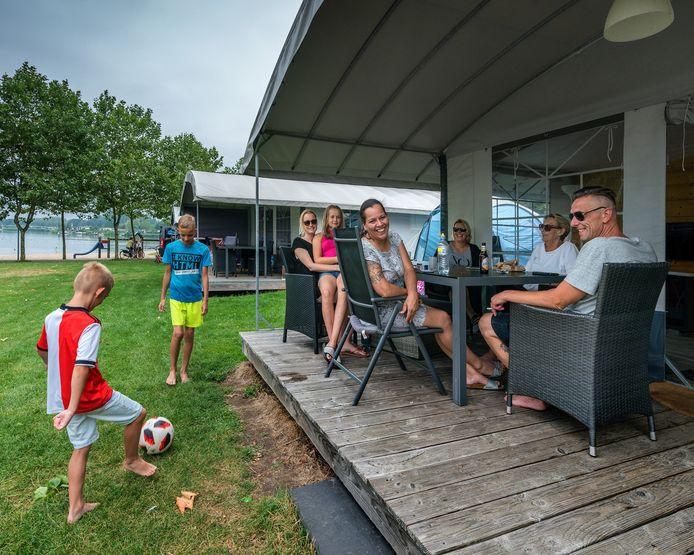 Bezoekers van familiecamping De Kurenpolder in Hank.