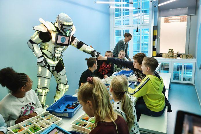 In het nieuwe Skillslab op de Mgr. Bekkerschool in Spijkenisse kunnen leerlingen van alles leren over moderne media en digitale technologie.
