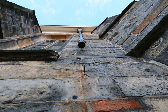 Het onderste deel van een van de regenpijpen van de Grote Kerk in Enschede is verdwenen.