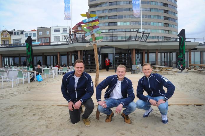 De broers Niek, Valentijn en Jelle Damen (van links naar rechts) drijven Pier 7 op het Badstrand in Vlissingen.