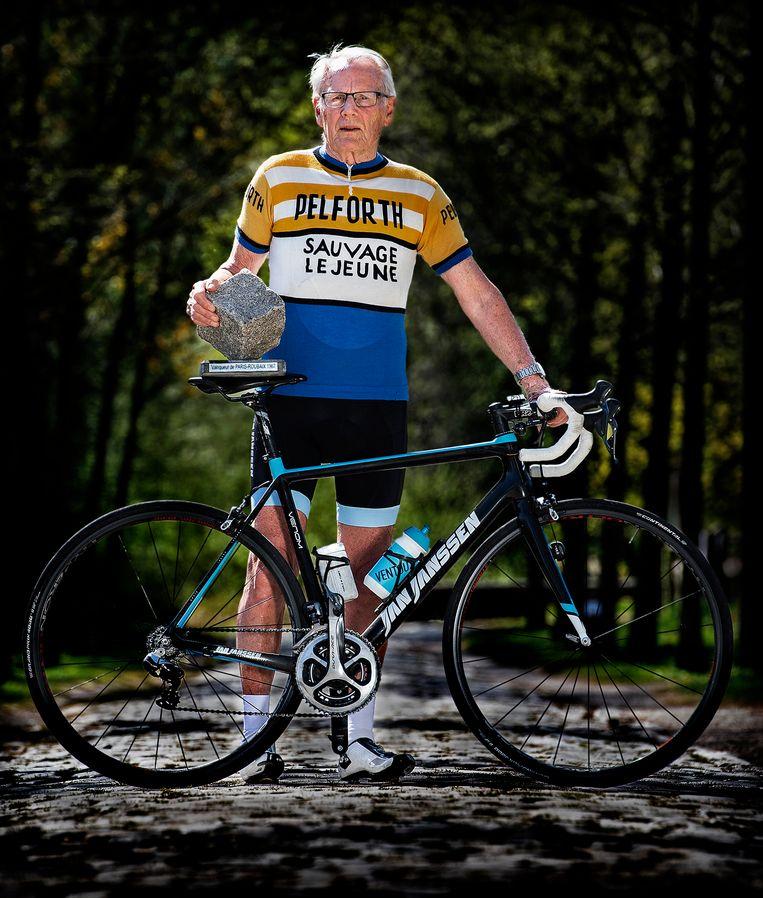 Jan Janssen, met de originele trui waarin hij won en de overwinningskei van Paris-Roubaix op de kasseien in het Noorden van België.  Beeld Klaas Jan van der Weij
