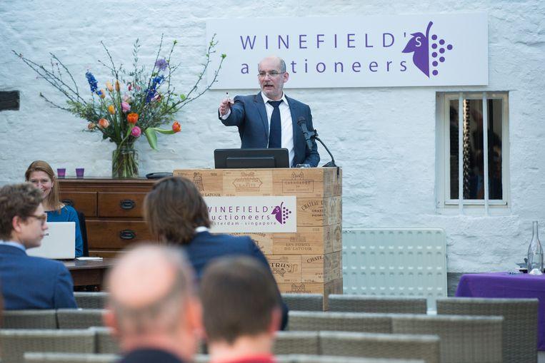 In het Wijnkasteel Genoelselderen kon je naar een uiterst exclusieve wijnveiling. De hele inboedel van de failliete Wijnmakelaarsunie uit Diepenbeek werd geveild.