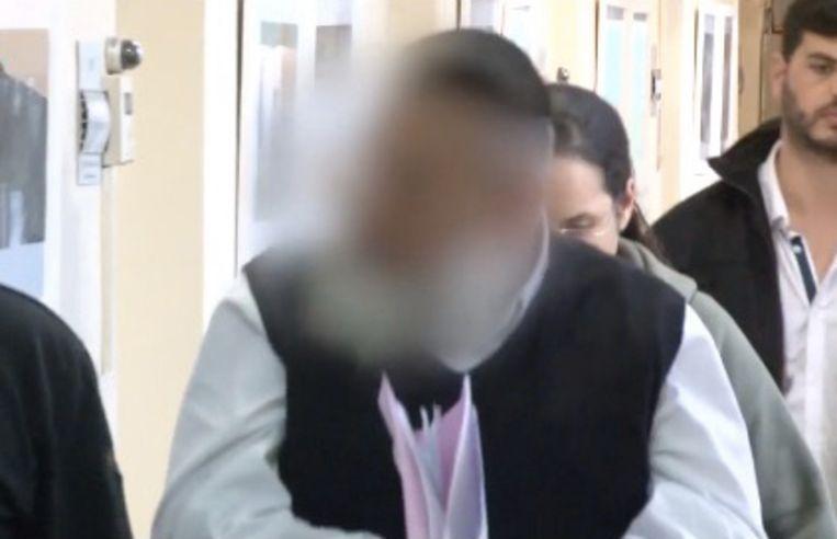 De man bestrafte de vrouwen op verschillende manieren en pikte hun geld in.