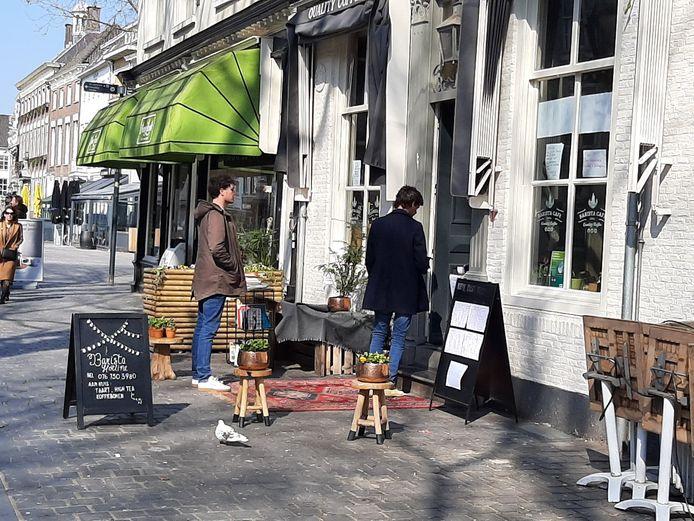Bij het loket van het Barista Café op de Grote Markt doorbreekt een klein rijtje wachtenden de leegte