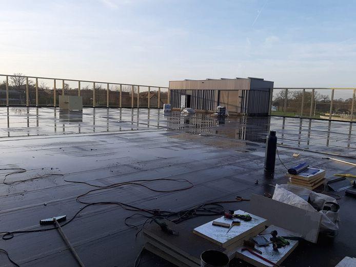Het dak van Nieuw Tijenraan op archiefbeeld. De werkzaamheden zijn klaar, waardoor het beachveld geplaatst kan worden.