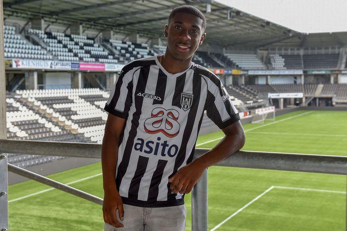 Mohamed Amissi heeft het shirt van zijn nieuwe club Heracles om de schouders hangen.