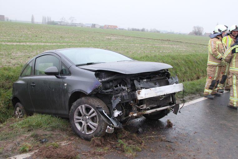 De Opel bleef met de achterkant in de gracht steken.