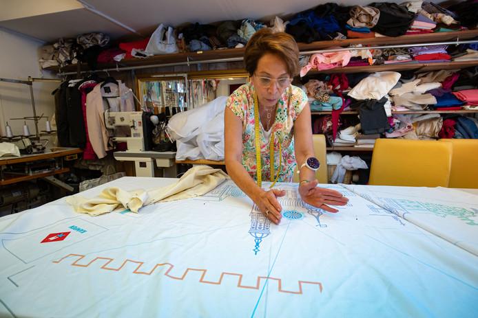 Het wordt nog spannend met de Kamper jurk van Tweede Kamerlid Hilde Palland voor Prinsjesdag. Naaister Fati Stil moet de jurk nog maken van de stof die speciaal voor deze gelegenheid is gemaakt.